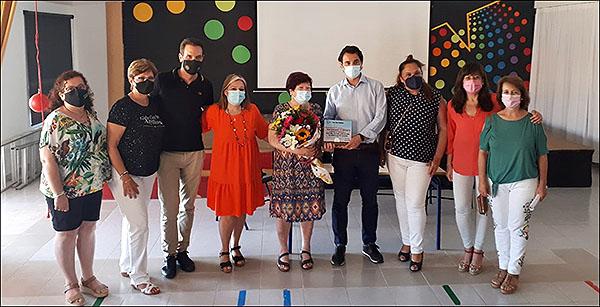 Foto de la despedida de Fina con el alcalde y autoridades