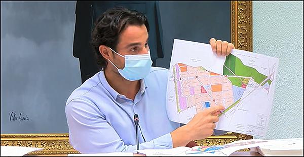 El alcalde, Eduardo Dolón, muestra el plano de la zona en el Pleno