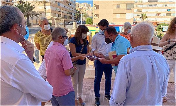 El alcalde visita a los vecinos de la Urbanización Cabo Cervera