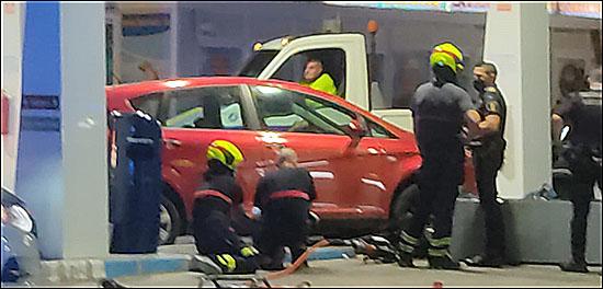 Los bomberos extrayendo el coche del lugar (Santiago P.)